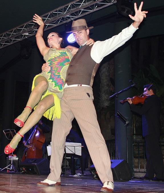 Bello recital de música, cante y baile de tango animó el parque El Majuelo de Almuñécar