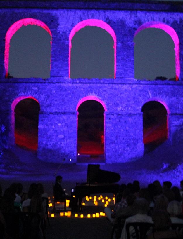 El pianista David Gómez ofreció un concierto mágico e inolvidable junto al acueducto romano de Almuñécar