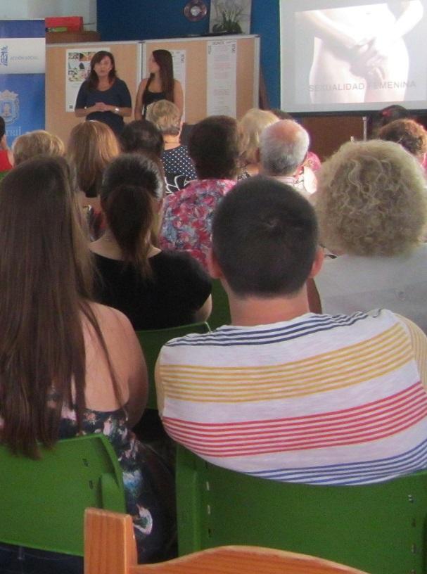 Los usuarios de la escuela de verano de Servicios Sociales asisten a una charla sobre Sexualidad y salud