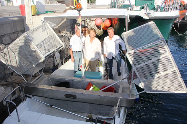 El barco limpia-playa de Limdeco garantiza la consecución de las 'Q' de calidad en el litoral motrileño