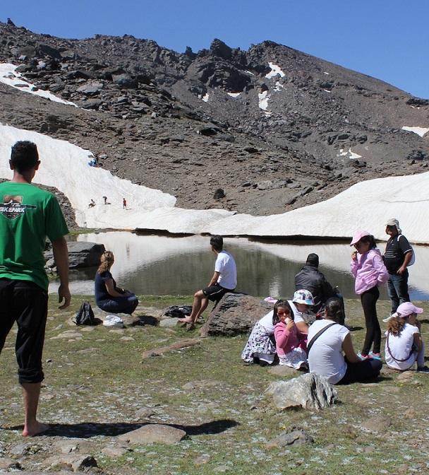 500 senderistas recorren por Sierra Nevada  las rutas de la fusión de la nieve