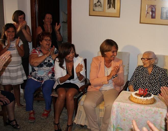 La alcaldesa felicita a la motrileña Isabel Valdés en su 105 cumpleaños