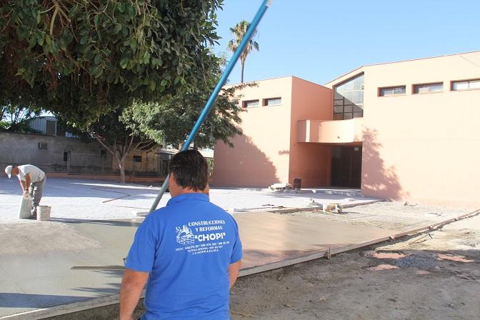 Se llevan a cabo  las obras de pavimentación del patio del Colegio Las Gaviotas de La Herradura