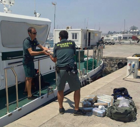 La Guardia Civil recupera más de 120 kilos hachís flotando en aguas de Motril