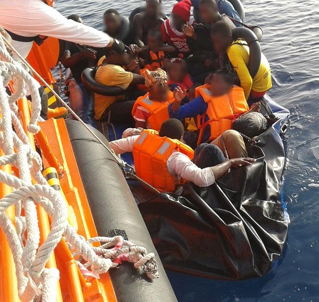 Llegan al Puerto de Motril 19 inmigrantes rescatados cuando se hundía su patera