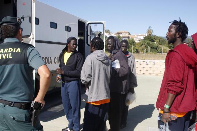 Trasladan al hospital a cinco de los 19 inmigrantes rescatados en Motril