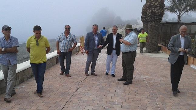 Visita del subdelegado del Gobierno a las obras en el paseo marítimo de Castillo de Baños