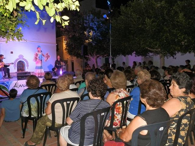 La cantante  María Lozano puso en pie al público de Almuñécar en un gran concierto con aires de copla