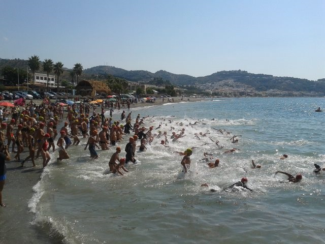 Este domingo se celebra la XXV Travesía a nado de la bahía de La Herradura
