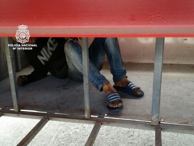 Localizan en Motril a tres inmigrantes que pretendían entrar ocultos en los bajos de dos camiones