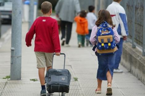 Pediatras recomiendan a los padres el buen uso de las mochilas escolares para evitar problemas de espalda