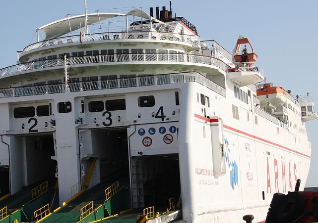 El puerto Motril sube en viajeros hacia Melilla. Málaga baja
