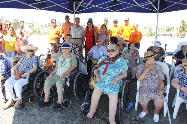 Mayores de Cájar pasan un día de playa en Motril