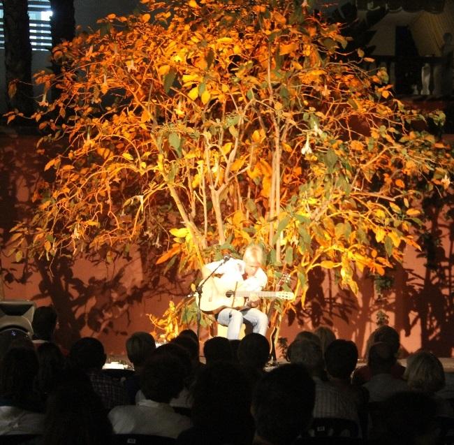 El guitarrista Tijs Groen ofreció un bello concierto en  los  jardines de La Najarra