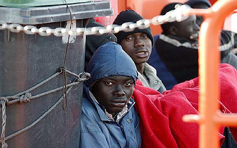 Rescatados 58 subsaharianos al sur de Motril. Viajaban 8 mujeres y tres niños
