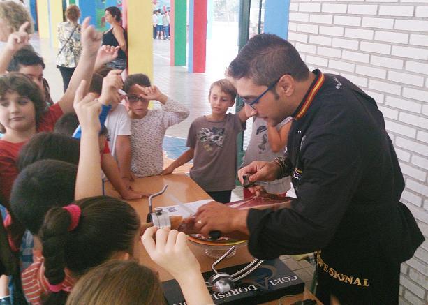 El Colegio Público San Miguel de Almuñécar celebra una muestra artesanal local con motivo de esta festividad