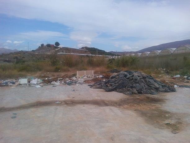PA Motril vuelve a denunciar la presencia del vertedero incontrolado existente en un solar a la entrada del anejo de Puntalón
