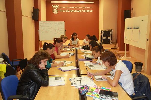 Una treintena de mujeres desempleadas participan en  un curso de informática y redes sociales