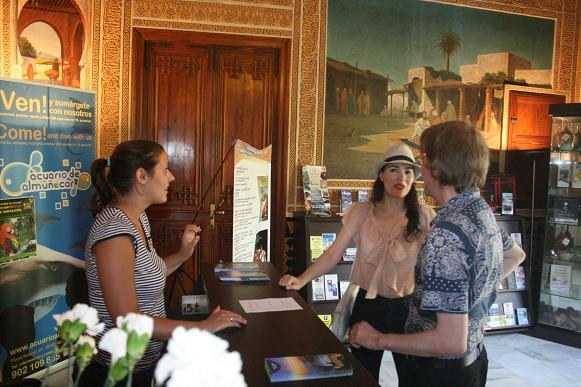 Las oficinas de turismo de Almuñécar atendieron en el último trimestre más de 31.000 visitantes