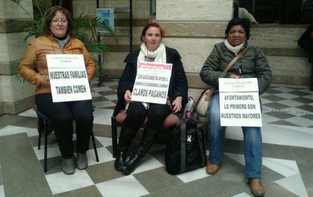 Trabajadoras de Ayuda a Domicilio de Motril se encierran en la sede de Claros