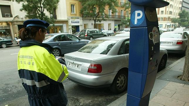 IU Almuñécar critica la falta de información en las máquinas expendedoras de la zona azul