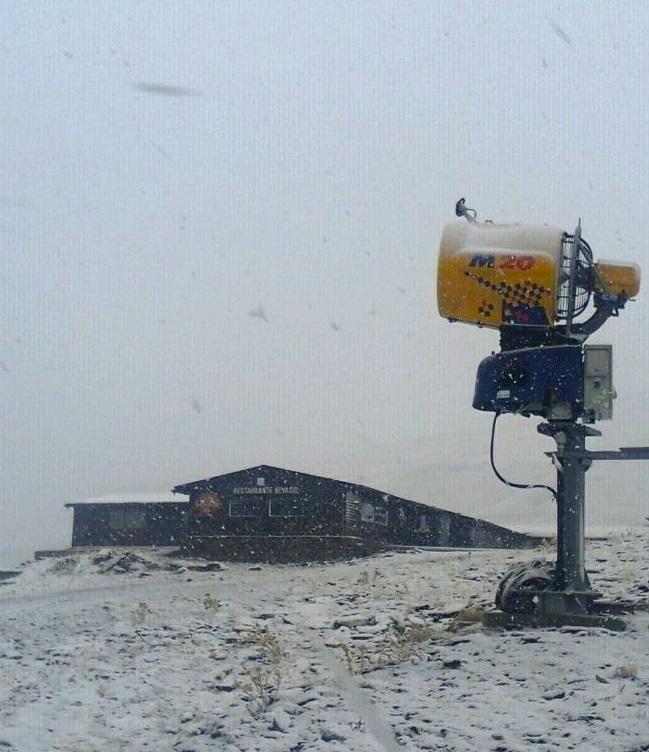 Nieva en Sierra Nevada en las zonas de Borreguiles, Veleta y Laguna