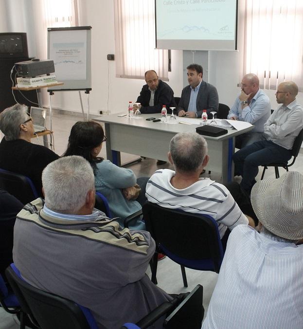 El alcalde de Salobreña presenta a los vecinos las obras de la calle Cristo