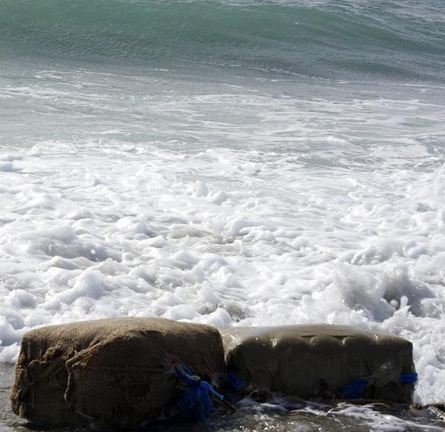 Esta mañana aparecieron dos fardos de hachis en la playa de Carchuna