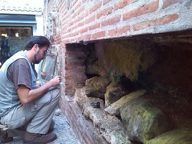 Arqueología renueva las instalaciones y realiza limpieza de la conducción del pilar de la calle Real de Almuñécar