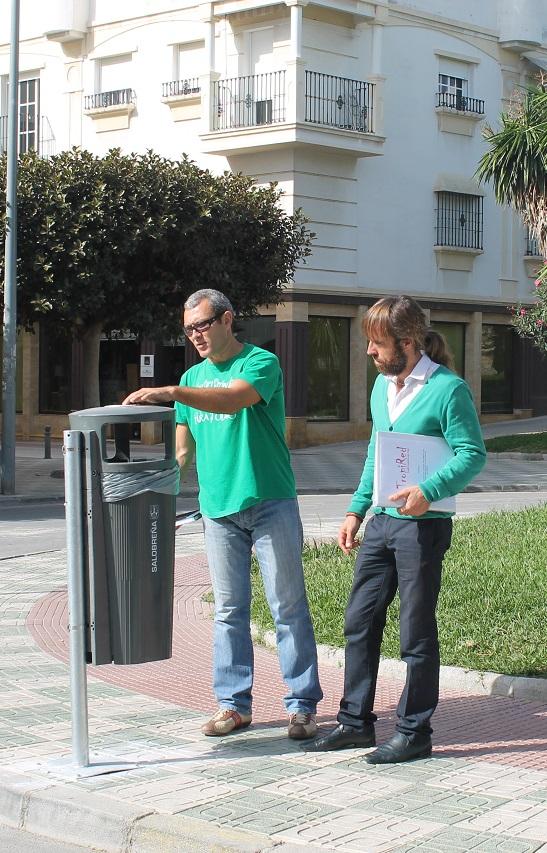El ayuntamiento instala 140 papeleras en el centro de Salobreña y casco histórico