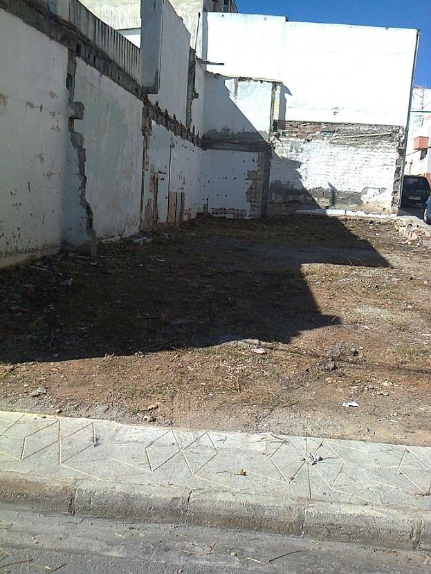 Limdeco continúa su campaña de limpieza en solares abandonados de Motril