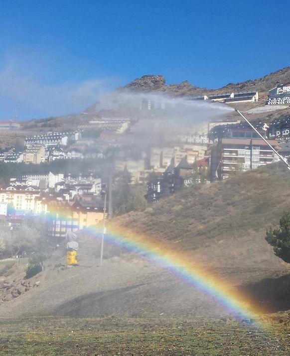 Sierra Nevada prueba el sistema de producción de nieve y de arcoiris