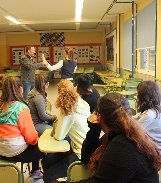 Los jóvenes de institutos de Salobreña aprenden defensa personal en un taller contra la violencia de género
