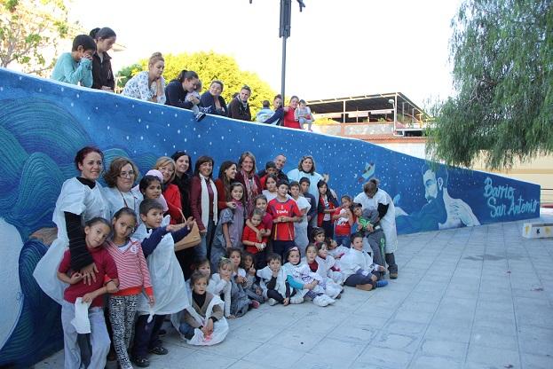 Los niños de San Antonio pintan un mural en su barrio para dar ejemplo de civismo