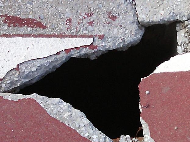 PA Motril denuncia agujero en el paseo de la playa de Poniente