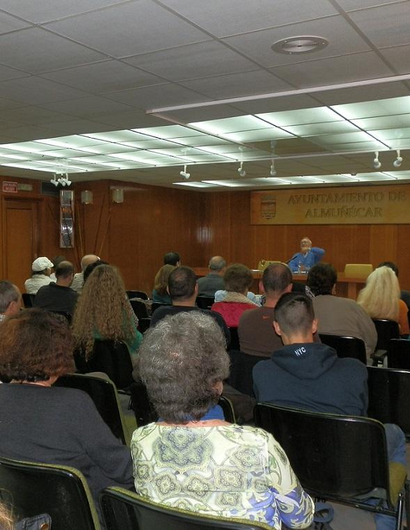 El profesor Lluch Saz habló en Almuñécar  sobre causas y soluciones de la crisis