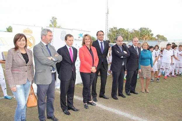 Emilio Butragueño visitó la escuela sociodeportiva de la Fundación Real Madrid en Motril
