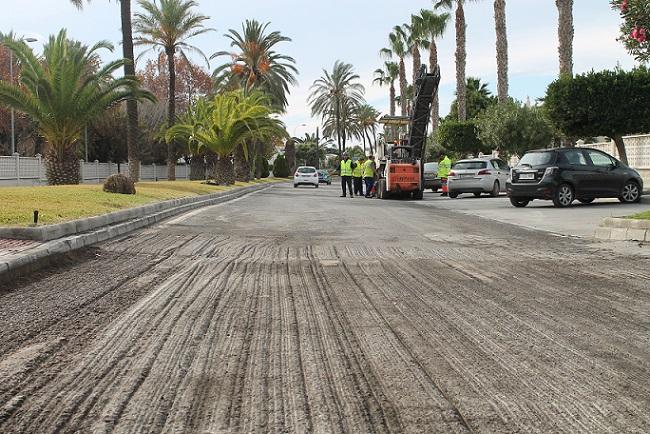 Comienzan las obras de asfaltado del vial central de la playa y avda, del Mediterráneo