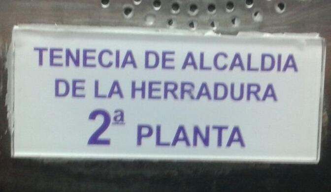El PA cataloga de bochornoso las faltas de ortografía en los carteles de La Herradura
