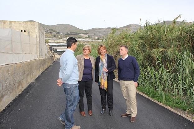 Una veintena de invernaderos en Carchuna mejoran sus comunicaciones con el asfaltado del camino del kilómetro 10