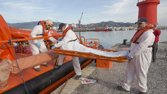 Investigan si el inmigrante hallado muerto en aguas de Motril viajaba en la patera que naufragó