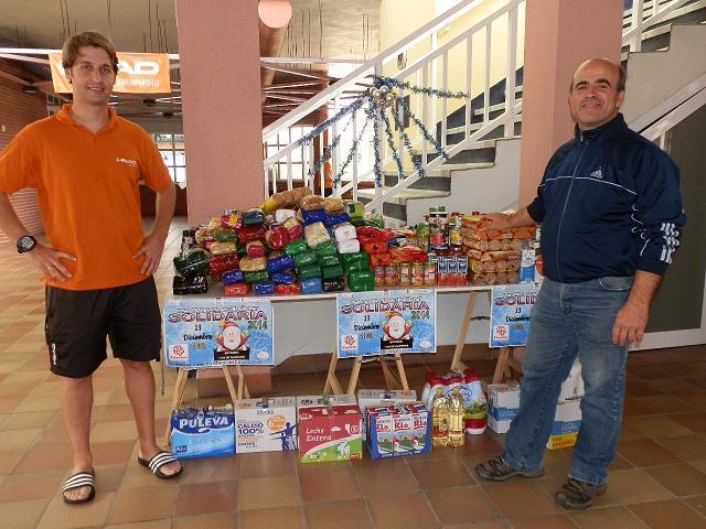 La III Jornada de Natación Solidaria en Almuñécar recoge 750 kilos de alimentos