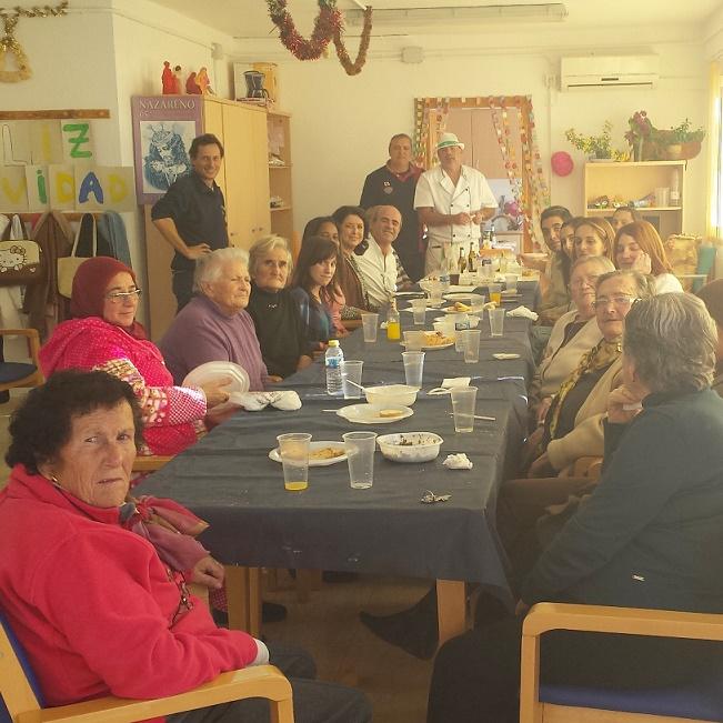 Los mayores del Centro de Día del barrio de San Miguel celebraron la comida navideña