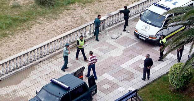 Un grupo de artificieros de la Guardia Civil, examina el lugar donde esta mañana ha explotado un artefacto de baja intensidad en el paseo marítimo de Laredo (Cantabria).