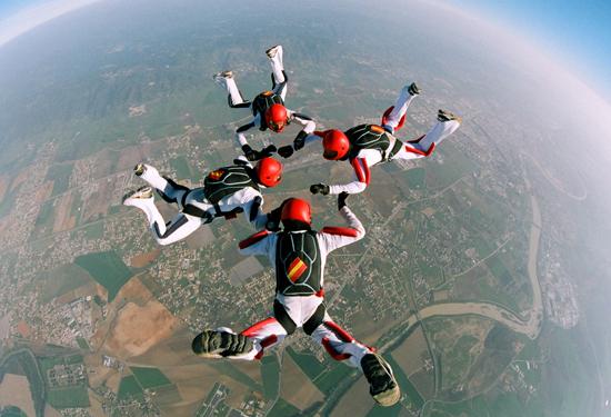 La Patrulla trabajando sus acrobacias aéras a gran altura en caida libre