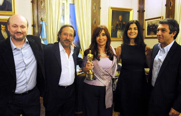 Archivo:Cristina, elenco y Oscar.jpg