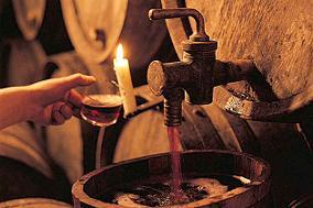 Miguel Maldonado ofreció el vino de Albuñol procedente de su última cosecha a los alumnos del curso de la Universidad de Almería