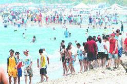 LIMDECO reparte más de 10.000 conos en las playas de Motril y sus anejos para depositar colillas, cáscaras de pipas y otros residuos